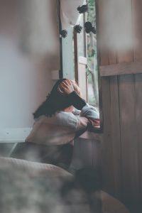 בגידה לבד בבית